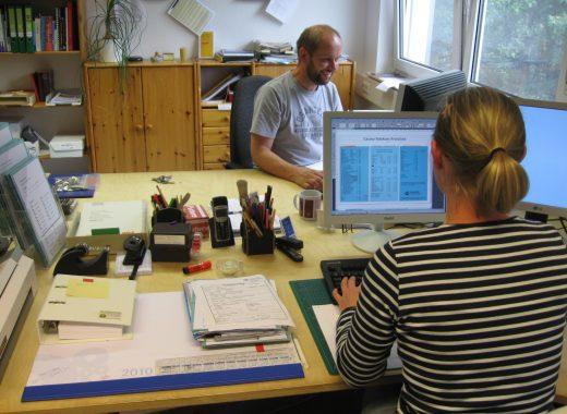 Foto: Im Büro der Medienproduktion der Lebenshilfe Detmold