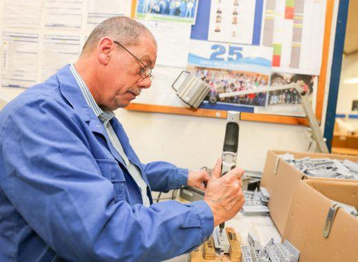 Foto: Mitarbeiter bei der Elektromontage