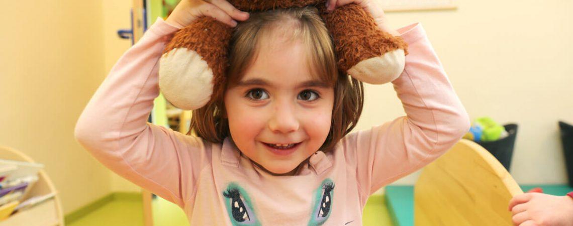Foto: Mädchen mit Teddy in der Kita Flohkiste