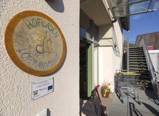 Foto: Eingangstür zum Hofladen Lohmannshof