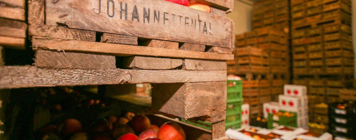 Foto: Holzkisten mit Äpfeln vom Gut Johannettental