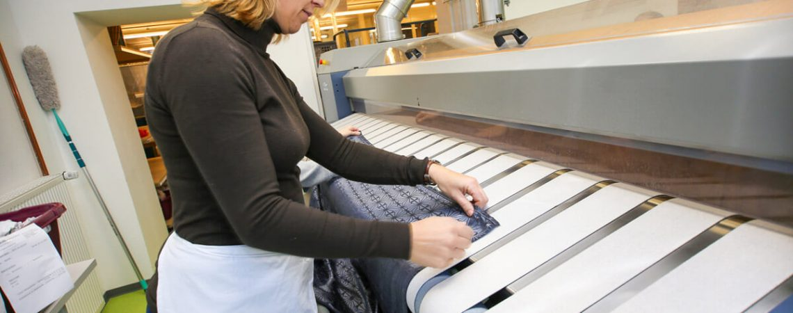 Foto: Mitarbeiterin der Wäscherei