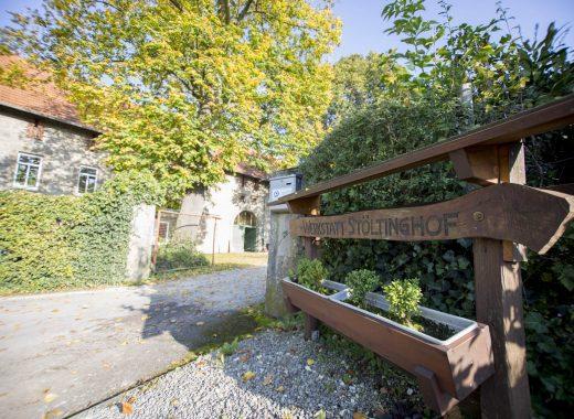 Foto: Holzschild an der Einfahrt zum Stöltinghof