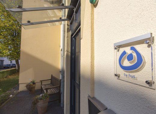 Foto: Vor der Haustür des Wohnhauses Tu Hus